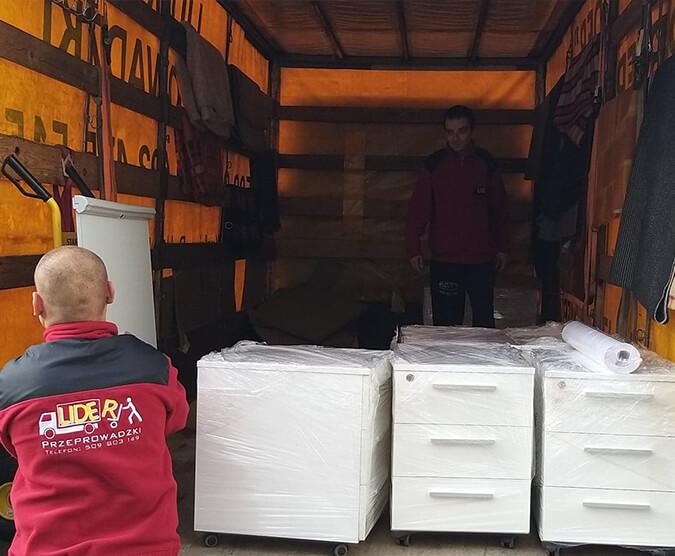 Przeprowadzka, pakowanie rzeczy do samochodu przeprowadzkowego